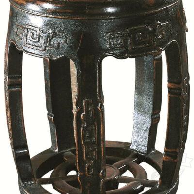 chernyj taburet iz dereva v forme bochonka v vostochnom