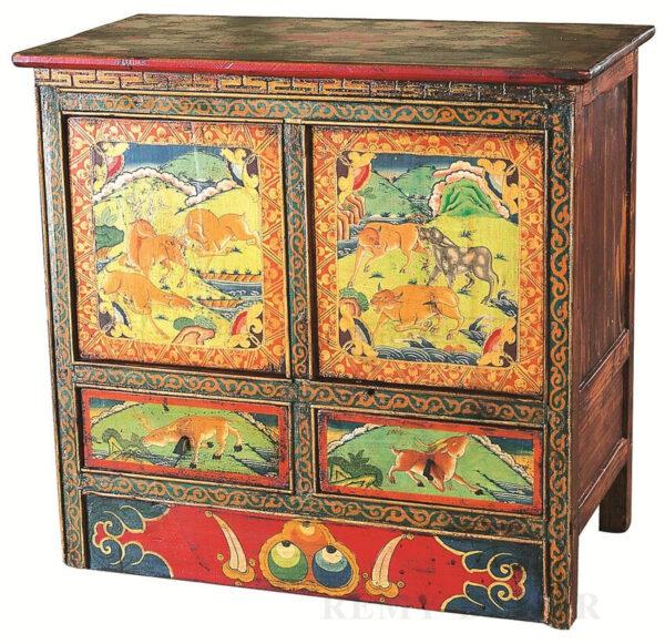 komod iz dereva s tradicionnym risunkom v kitajskom stile
