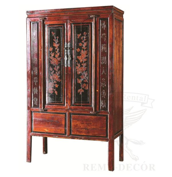 krasnyj shkaf iz dereva s reznym ornamentom v tradicionno kitajskom stile