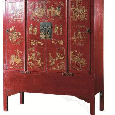 krasnyj shkaf iz dereva s tradicionno kitajskimi risunkami
