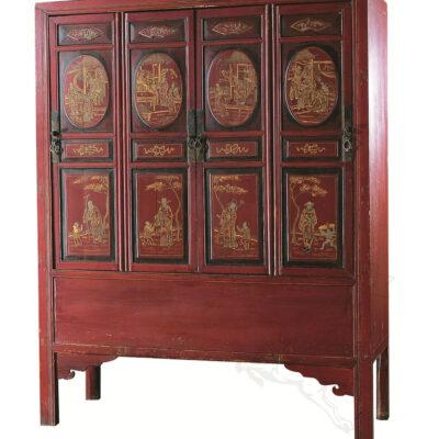 krasnyj shkaf s tradicionno kitajskim uzorom iz dereva