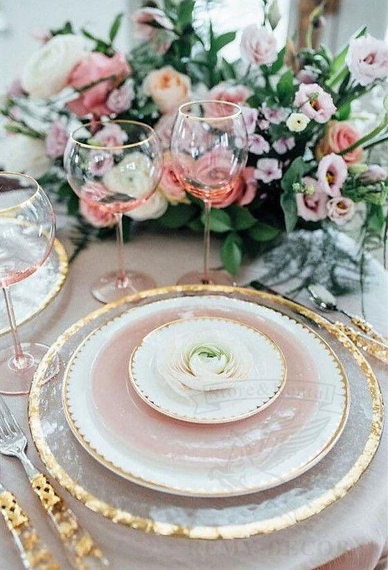 servirovka stola s zolotymi priborami
