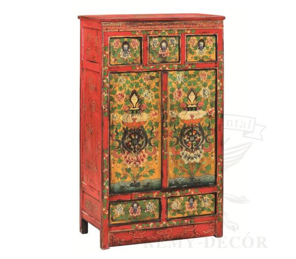 shkaf iz dereva krasnogo cveta s cvetochnym risunkom v kitajskom stile