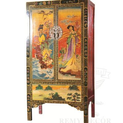shkaf iz dereva rospisan v tradicionnom risunke v kitajskom stile