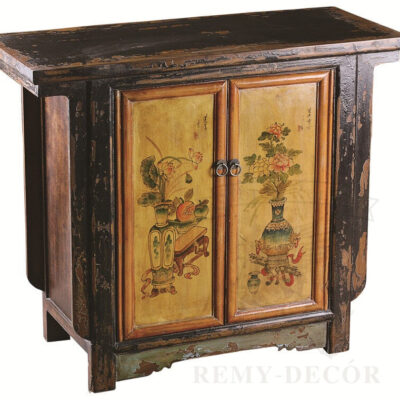 starinnyj komod iz temnogo dereva s tradicionnym risunkom v kitajskom stile