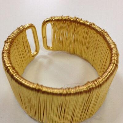 salfetochnoe kolco zolotogo cveta tesla iz provolki dizajnerskaya rabota dlya restoranov i kafe
