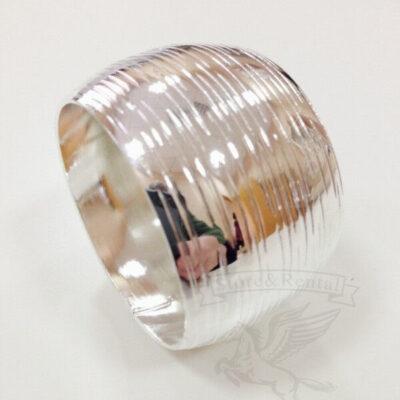 serebryanoe kolco pod salfetki shon iz celnogo metalla s chekankoj po krugu