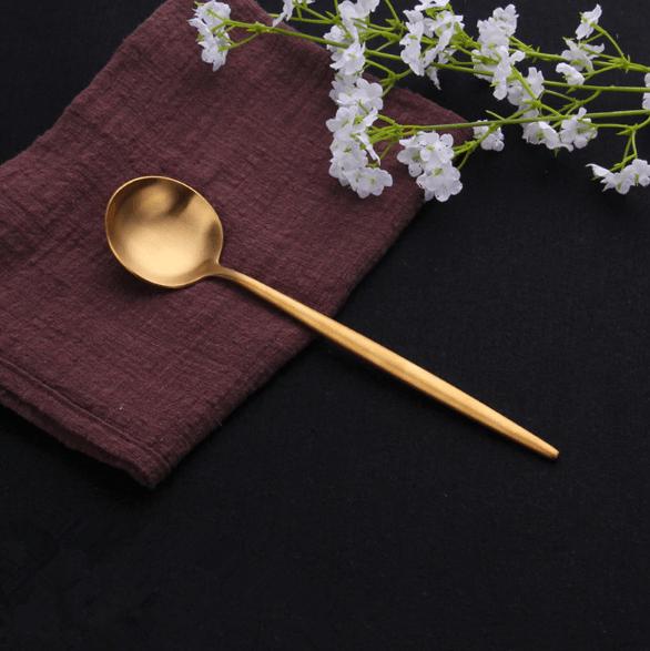 lozhka stolovaya zolotaya dlya servirovki stola